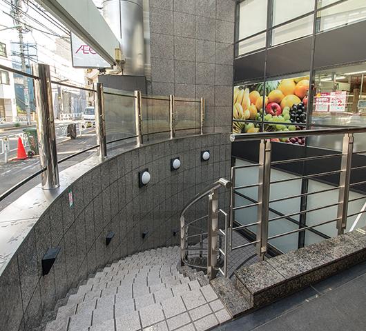地下1階出入り口階段